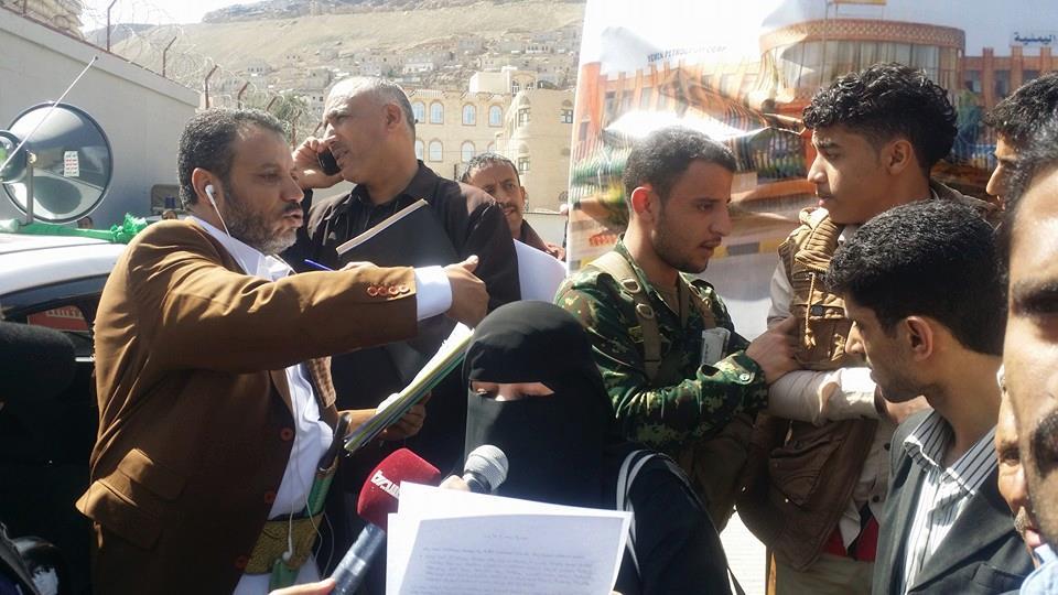 صور الوقفة الإحتجاجية ضد استهداف الإعلاميين والمدنيين أمام مقر الأمم المتحدة بصنعاء