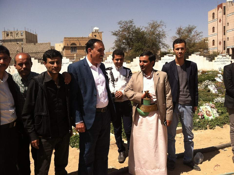 اتحاد الإعلاميين اليمنيين يزور روضة الشهداء بحي الجراف وضريح الشهيد الخيواني