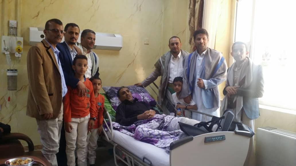 المكتب التنفيذي لاتحاد الإعلاميين اليمنيين يزور رئيسه الجريح بسبب العدوان السعودي الأمريكي